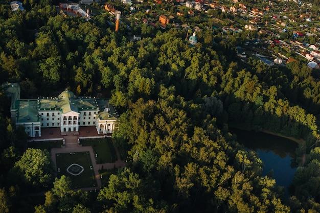 モスクワ地方、ロシア。リヤロヴォのかつての高貴な邸宅は、パークホテルモロゾフカにあります。