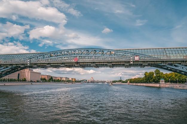 Москва-река, андреевский мост. арочный мост через москву-реку. россия.