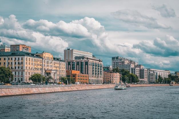青い空を背景にモスクワ川の堤防