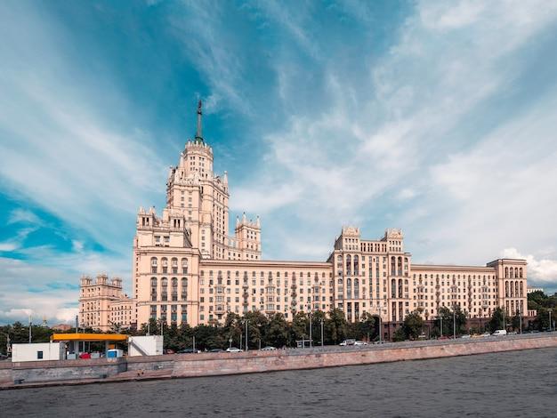 青い空を背景にスターリン主義の住宅ビルとモスクワ川の堤防