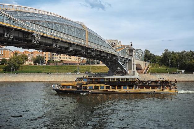 모스크바, 러시아 - 2020년 7월 30일: 배는 화창한 날 모스크바 강을 따라 항해합니다.