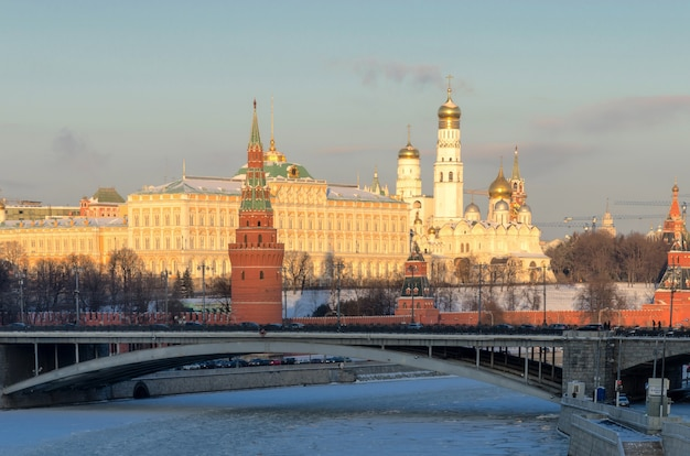 Москва, россия . вид на кремль и москву-реку в солнечный зимний день.