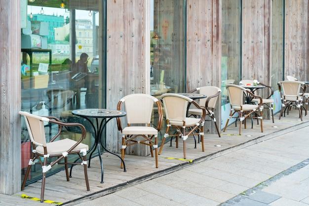모스크바. 러시아. august 01 2021. 도시의 여름 거리 카페 인테리어.