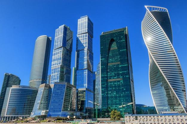 モスクワ、ロシア-2016年8月29日:モスクワ市の国際ビジネスロシアセンターのクローズアップパノラマ
