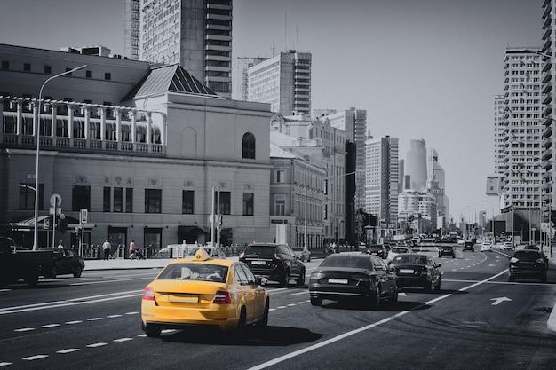 Москва, россия - 29 августа 2016: дорожная машина на улице города москвы, дальний международный деловой русский центр