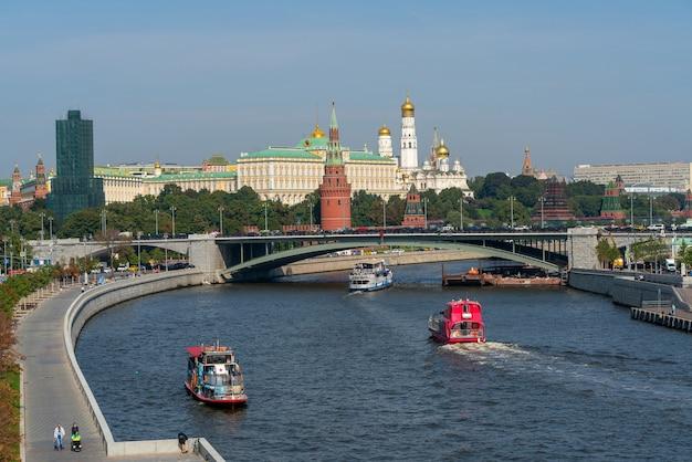 모스크바, 러시아. 2021년 8월 31일. 보트가 모스크바 강을 따라 항해하고 있습니다.