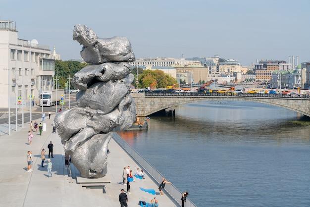 모스크바, 러시아. 2021년 8월 31일. 제방에 있는 urs fischer의