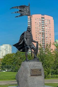 Москва, россия - 31 августа 2021 г .: памятник александру невскому в храме в честь его имени в москве