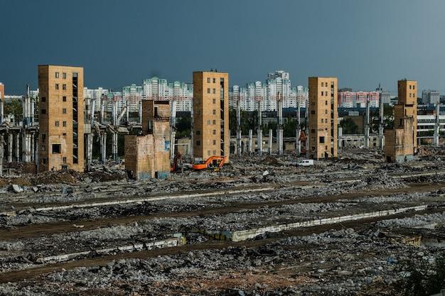 Москва, россия - 5 августа 2018: руины бывшего завода зил, который производил холодильники и автомобили.