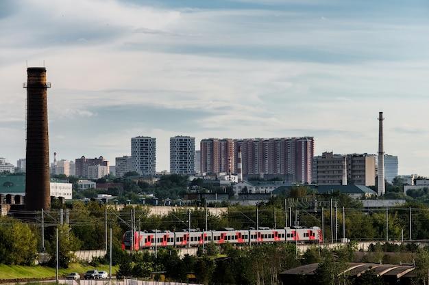 Москва, россия - 5 августа 2018: поезд едет по московскому центральному кольцу.