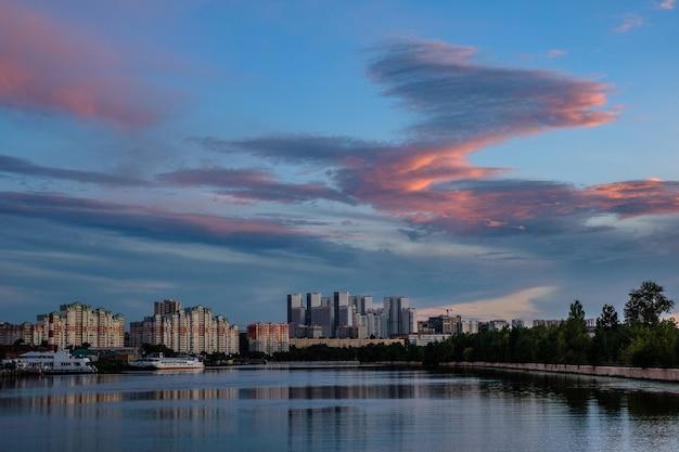 Москва, россия - 5 августа 2018: вид на современные здания у воды во время заката.