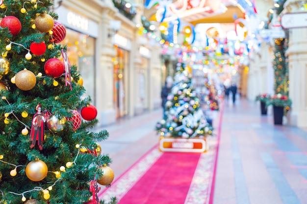 모스크바, 러시아. 12 월 08. 2020. 아름다운 크리스마스 배경. 장난감, 조명 및 반짝이로 장식 된 크리스마스 트리.