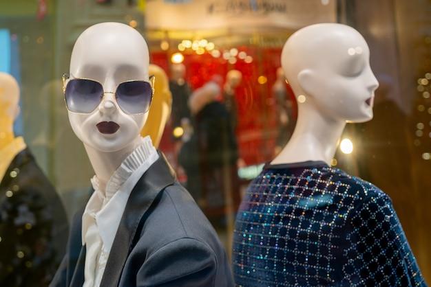 ロシアのモスクワ。 2020年12月8日。モダンな店のマネキン。