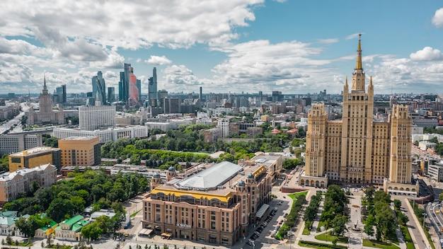 Москва, россия, июль 2019 - вид с воздуха на москву в солнечный день