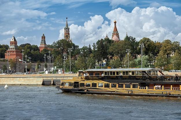 Москва, россия. 30 июля 2020 г. вид на москву-реку и плывущие туристические лодки на фоне кремля.