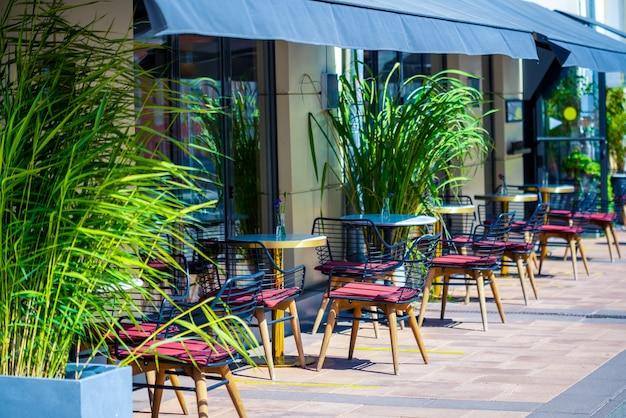 모스크바. 러시아. 2021년 7월 31일. 도시의 여름 거리 카페 내부.