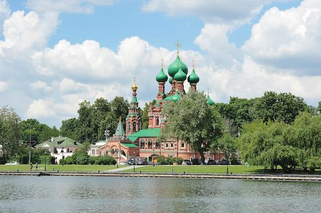 Москва, россия - 13 июня 2021 года: троицкая церковь на берегу останкинского пруда в москве
