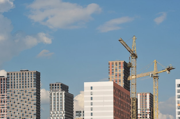 모스크바, 러시아 - 2021년 6월 14일: 모스크바의 아무르스카야 거리에 새 주택 건설