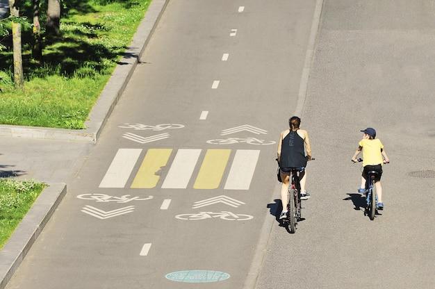 モスクワ、ロシア-2021年6月19日:サイクリストはモスクワのvorobyevskaya堤防に沿って自転車道に沿って乗る