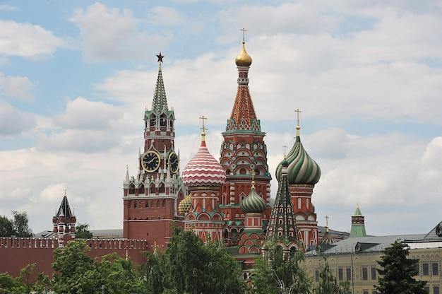 Москва, россия - 6 июня 2021 года: вид на кремль со звездой и собор с крестами в москве