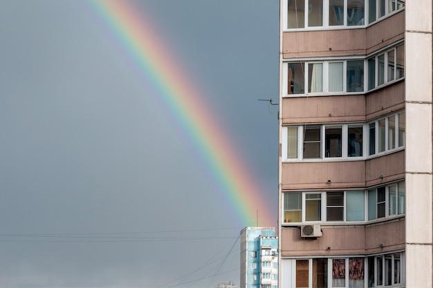 Москва, россия - 16 мая 2020 г .: радуга в небе после весеннего дождя над жилым районом многоэтажных домов города. раменки, микрорайон