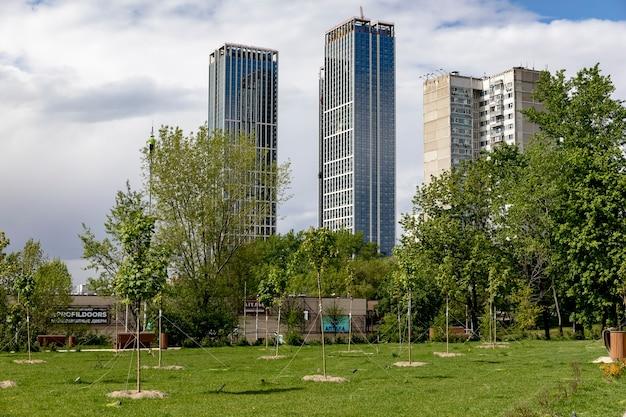 모스크바 / 러시아-2020 년 5 월 : 흐린 하늘을 배경으로 주거 단지를 건설하는 건설 크레인이있는 대형 건설 현장