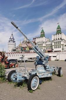 Москва, россия - 23 мая 2021 года: артиллерийская пушка, окрашенная в стиле гжель, возле центрального входа в измайловский кремль