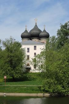 モスクワ、ロシア-2021年5月23日:モスクワのイズマイロフスキー島の執り成しの大聖堂の眺め