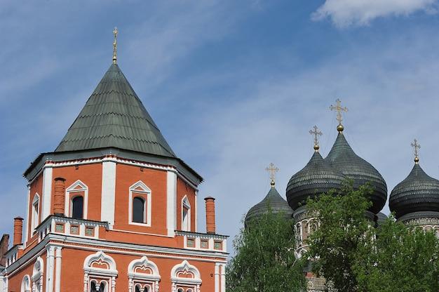 モスクワ、ロシア-2021年5月23日:モスクワのイズマイロフスキー島にある執り成しの大聖堂と橋塔の眺め