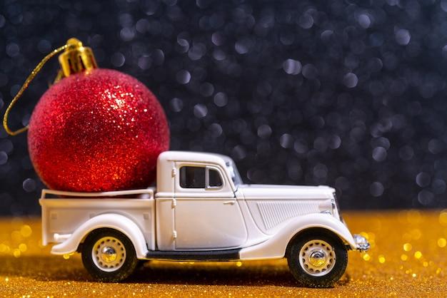 Москва, россия. 24 ноября 2020 года. автомобиль - доставка новогодних подарков. красивая праздничная новогодняя композиция из подарков и игрушек.