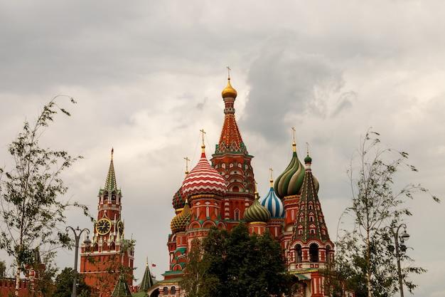 Московский кремль. вид на спасскую башню и собор василия блаженного. город москва, россия