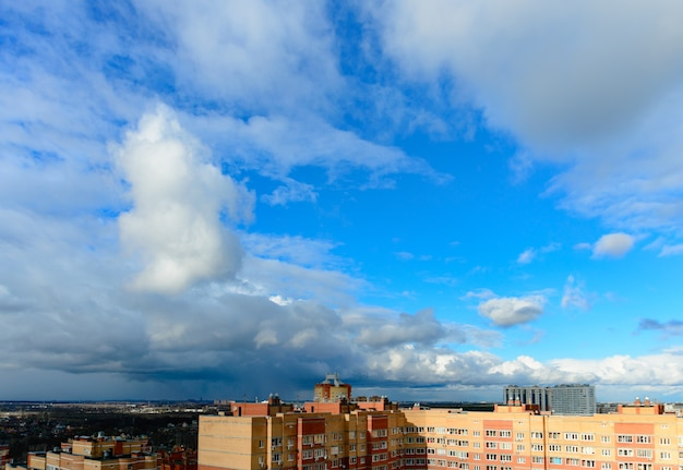 Улицы и жилые дома москвы в летний день. драматическое небо.