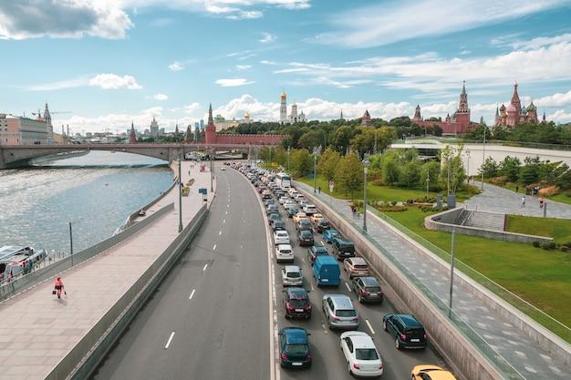モスクワの交通渋滞。車は市内中心部の渋滞に立っています。