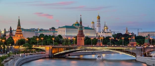 Москва-река с длинной выдержкой возле кремля вечером в москве, россия