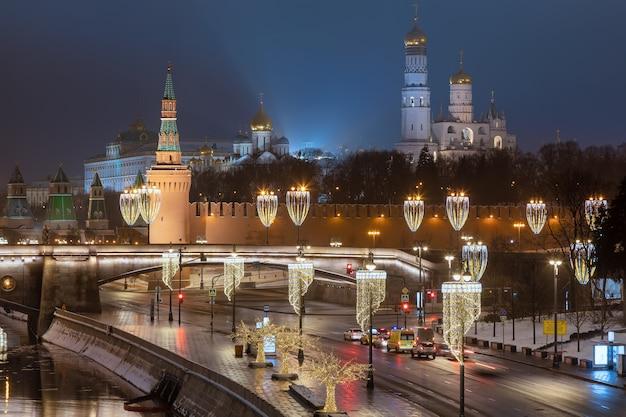 Moskvoretskaya embankment and kremlin in winter