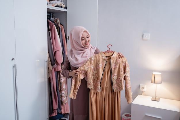 Мусульманки измеряют новое платье своим телом