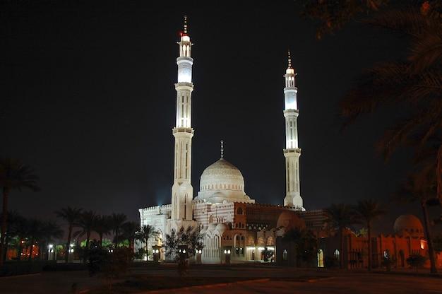 夜のエジプトのモスク。