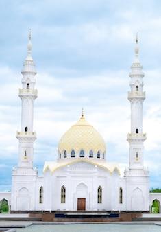 Мечеть утром. белая мечеть в булгари. большая красивая мечеть. мусульманская мечеть.