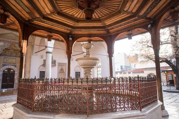 Sadrvanの前に噴水のあるモスク