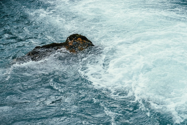산 강 클로즈업의 푸른 물에 이끼 낀 돌.