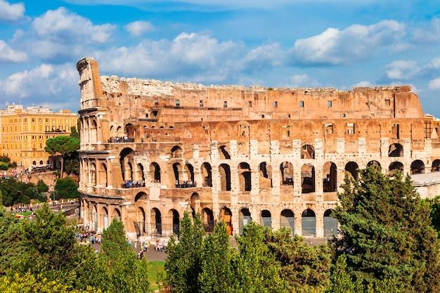 Самый известный амфитеатр в мире - великий древний колизей.