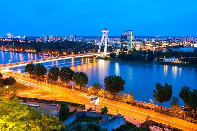 Самый новый мост snp или мост нло или новый мост в братиславе, словакия на закате. мост снп мост - автомобильный мост через реку дунай.