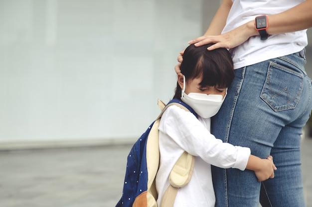 母親は子供を学校に連れて行き、母親は生徒をサポートし、やる気を起こさせます