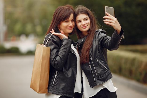 Figlia della madre e dell'adulto con il sacchetto della spesa