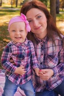公園での母と赤ちゃん