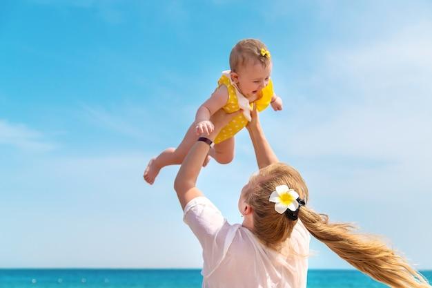 海沿いの母と赤ちゃん