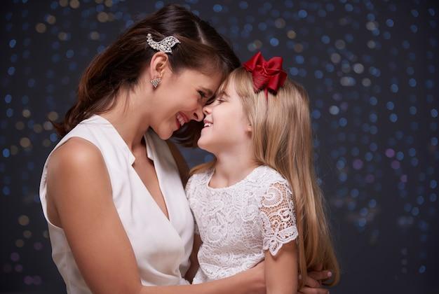 엄마와 아기 딸이 너무 가깝습니다.