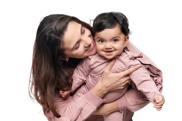 楽しんでいる母と赤ちゃんの娘