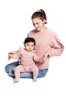 엄마와 아기 딸 흰색 절연
