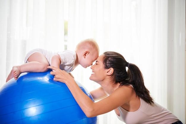 Мать и ребенок тренируются дома